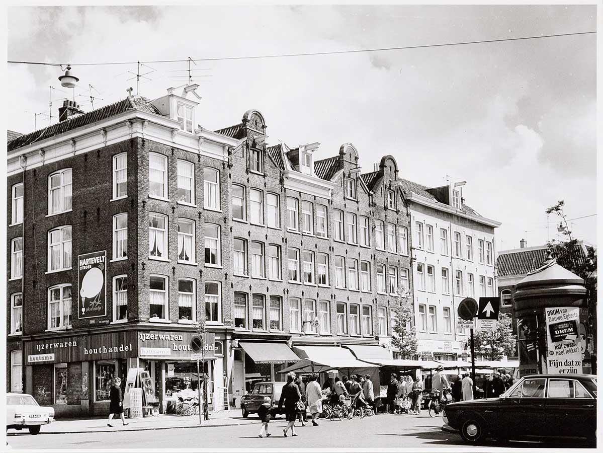 Het originele stukje Dapperstraat tussen Von Zesenstraat en Commelinstraat voordat het vervangen werd door nieuwbouw.