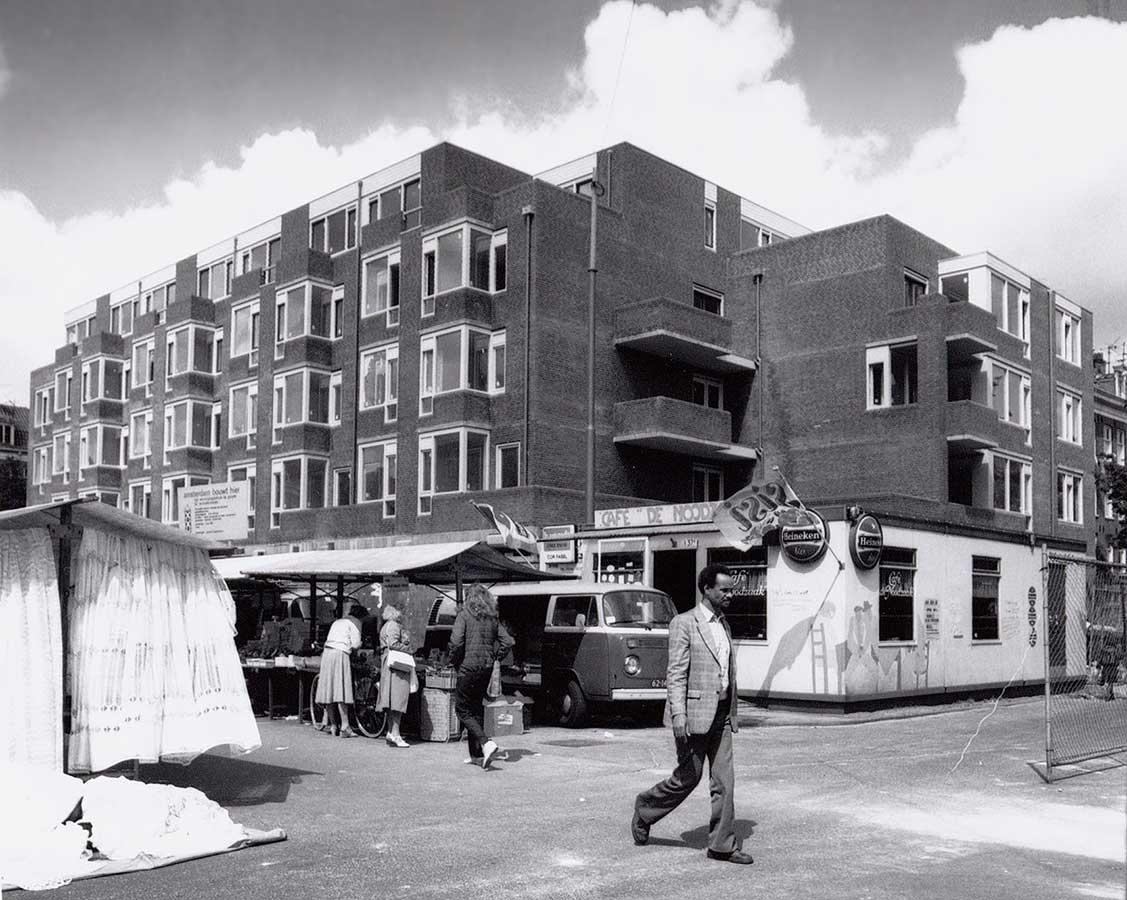 Café Noodzaak keet waar nu de Grote Pan zijn terras heeft. Nieuwbouwpand op de achtergrond. Martk in Dapperstraat