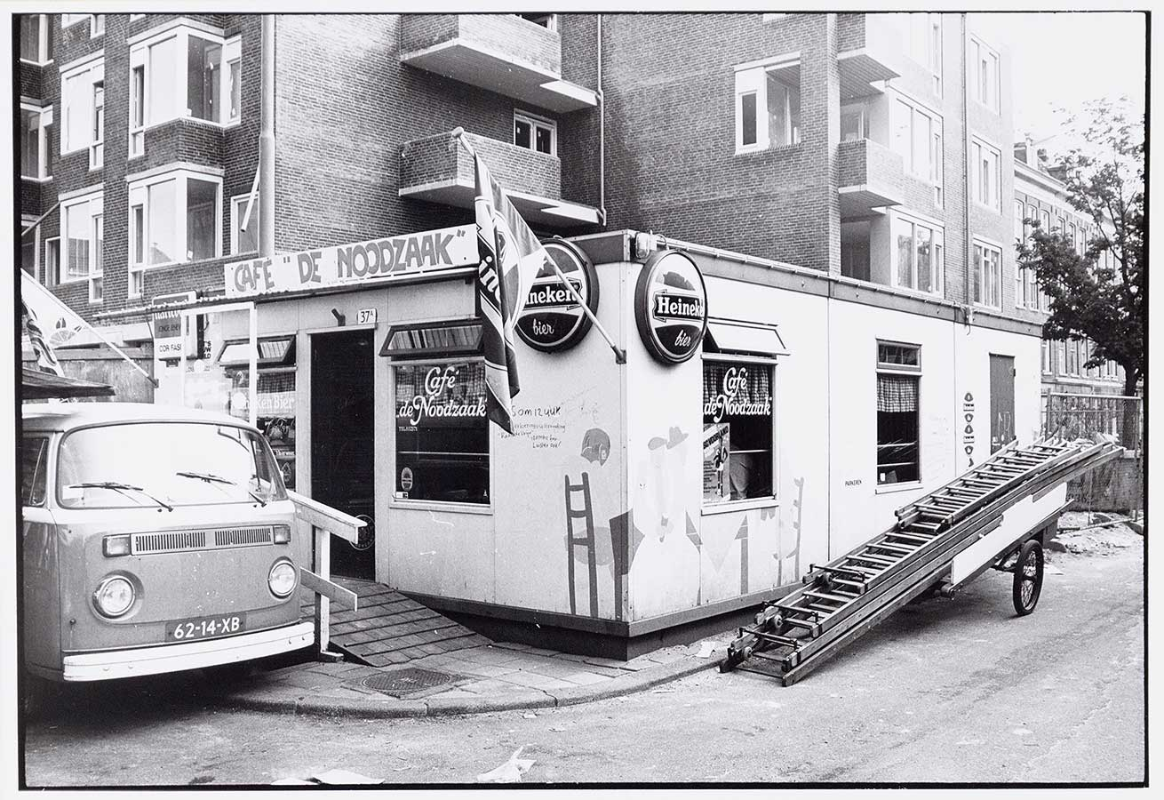 Café De Noodzaak in soort keet op de stoep waar nu het terras van de Grote Pan is