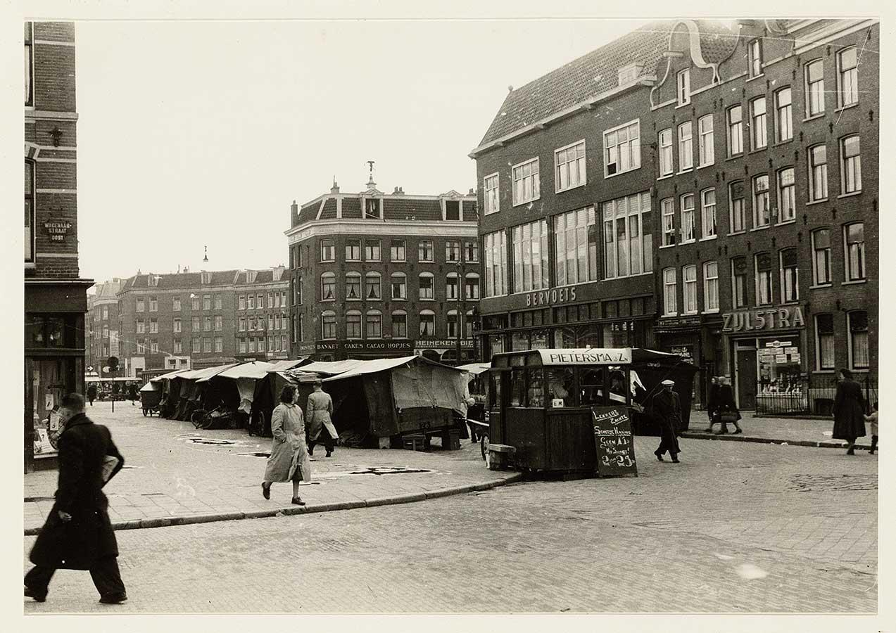 Oude foto van Dapperstraat met markt, gezien richting Dapperplein.