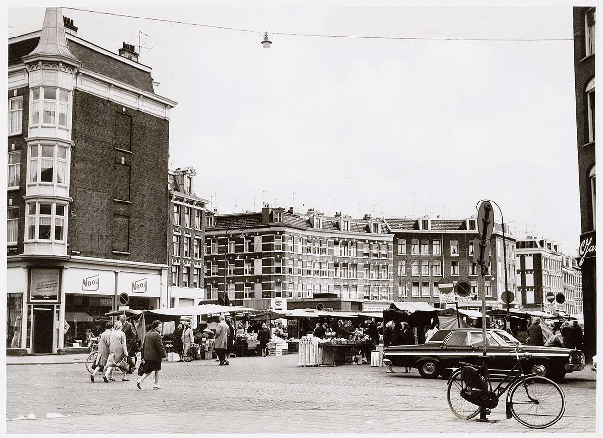 Zicht op Dapperplein vanaf Eerste van Swindenstraat. Markt in de straat.