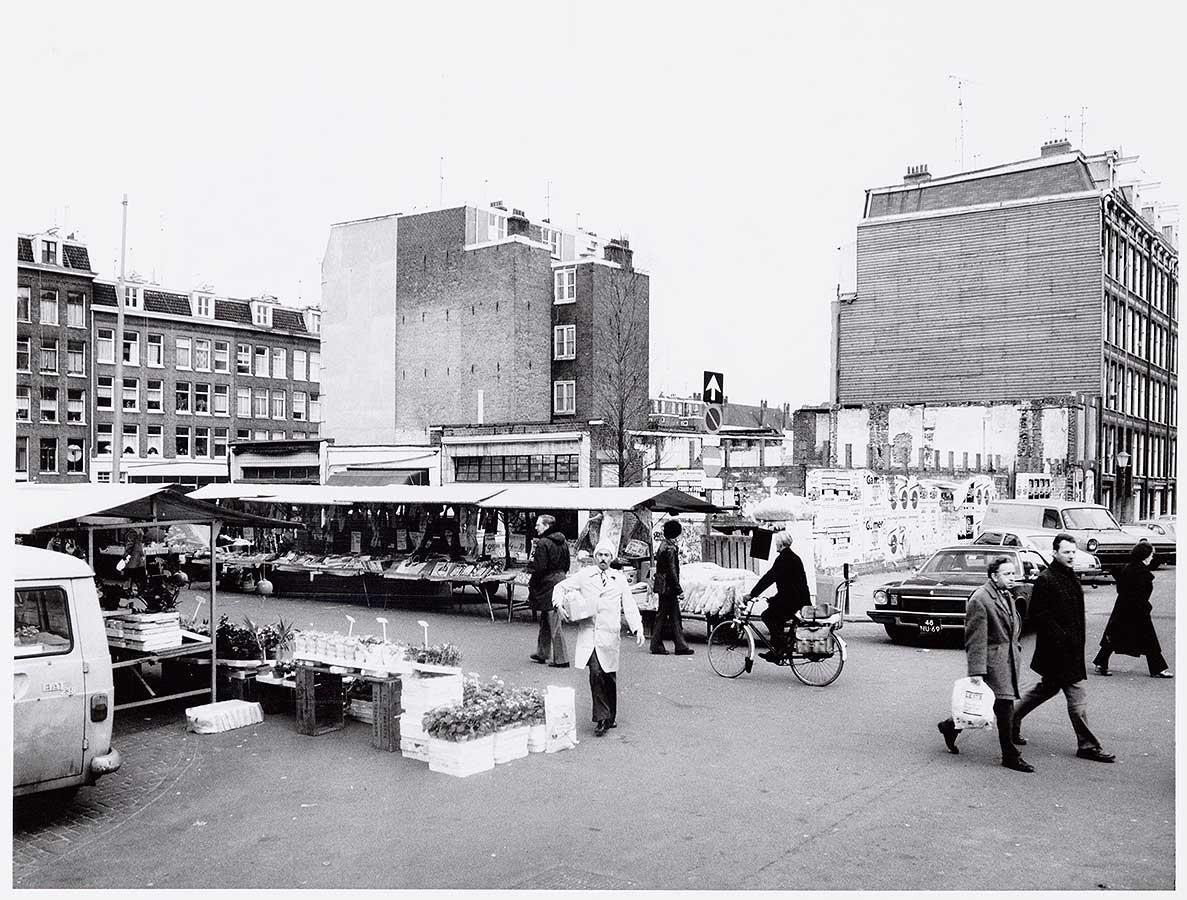 Dappermarkt ter hoogte Reinwardtstraat met afgebroken hoekpand
