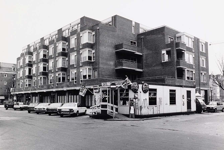 Café de Noodzaak met nieuwbouw op Dapperstraat/Commelinstraat