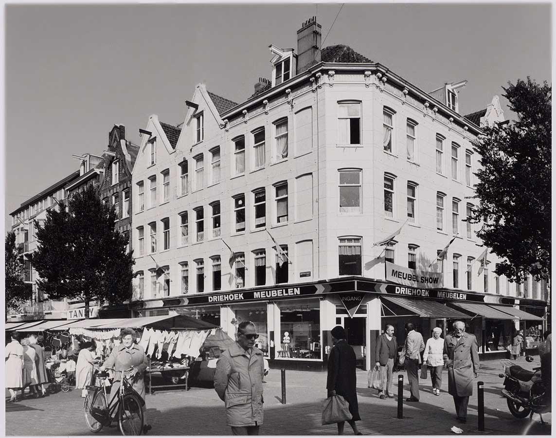 Foto van de hoek Dapperstraat/1e van Swindenstraat, Zicht op Driehoek Meubelen (thans de KFC) en stukje Dappermarkt.