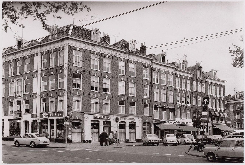 Begin Dapperstraat vanaf de Mauritskade bezien. Enkel linkerkant zichtbaar met café/slijterij Bongenaar op de hoek.