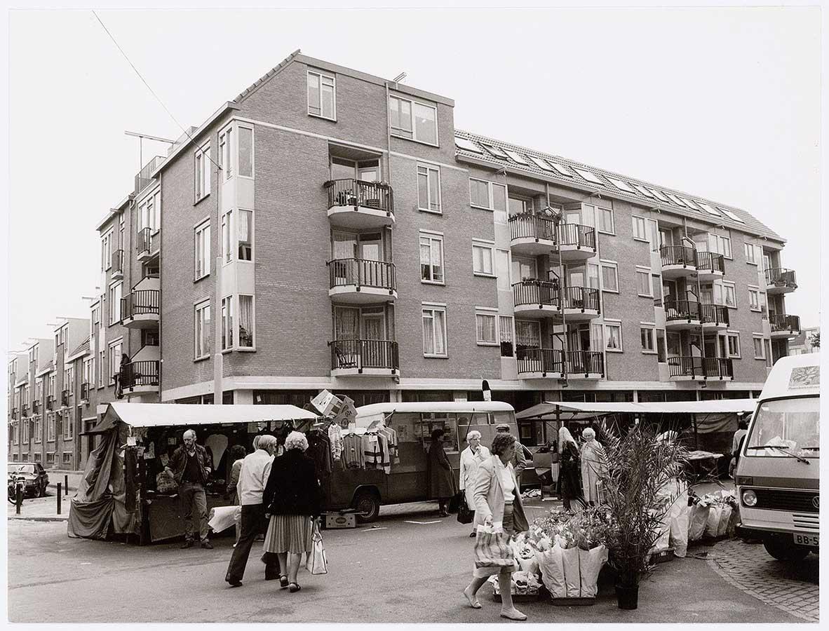 Hoek Dapperstraat/Pieter Nieuwlandstraat, Dappermarkt in Dapperstraat