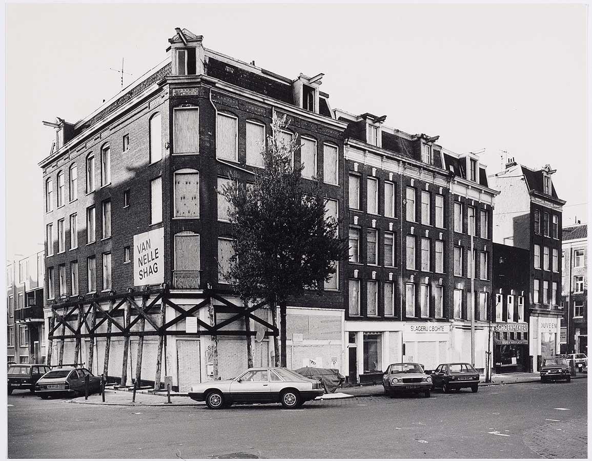 Hoekpand Dapperstraat-Reinwardtstraat dichtgetimmerd en gestut. Klaar voor sloop.
