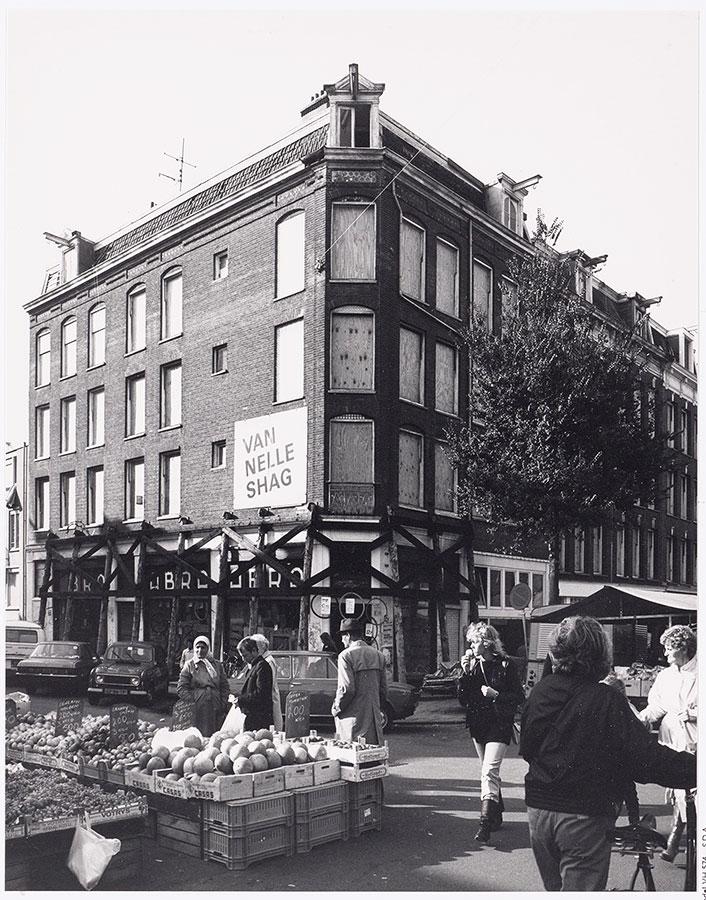 Hoekpand Dapperstraat/Reinwardtstraat dichtgetimmerd en klaar voor sloop. Foto genoemen vanaf de Dapperstraat waar Dappermarkt is.