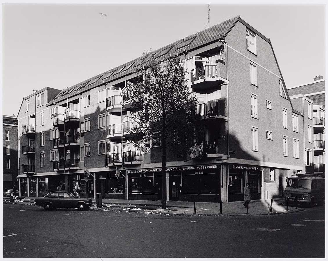 Dapperstraat/Reinwardtstraat. Op begane grond slagerij. Troep op straat.
