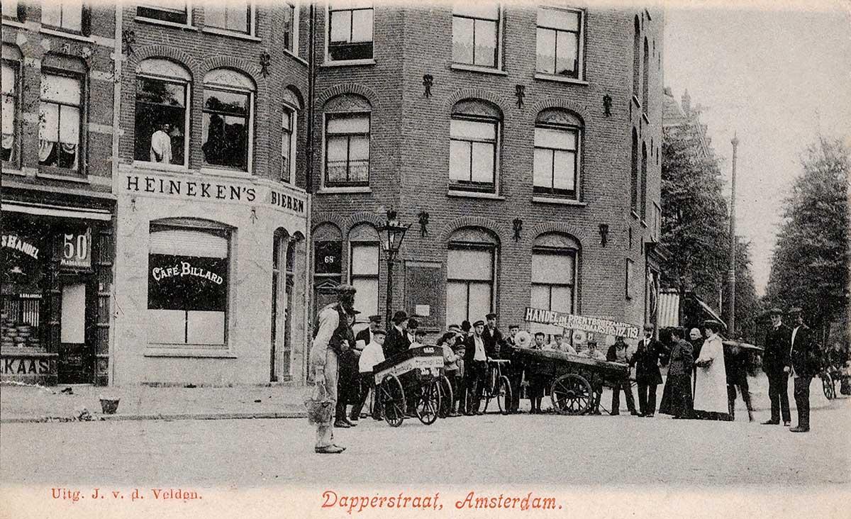 Foto uit 1906 van Dapperplein met groep mensen bij een ventkar