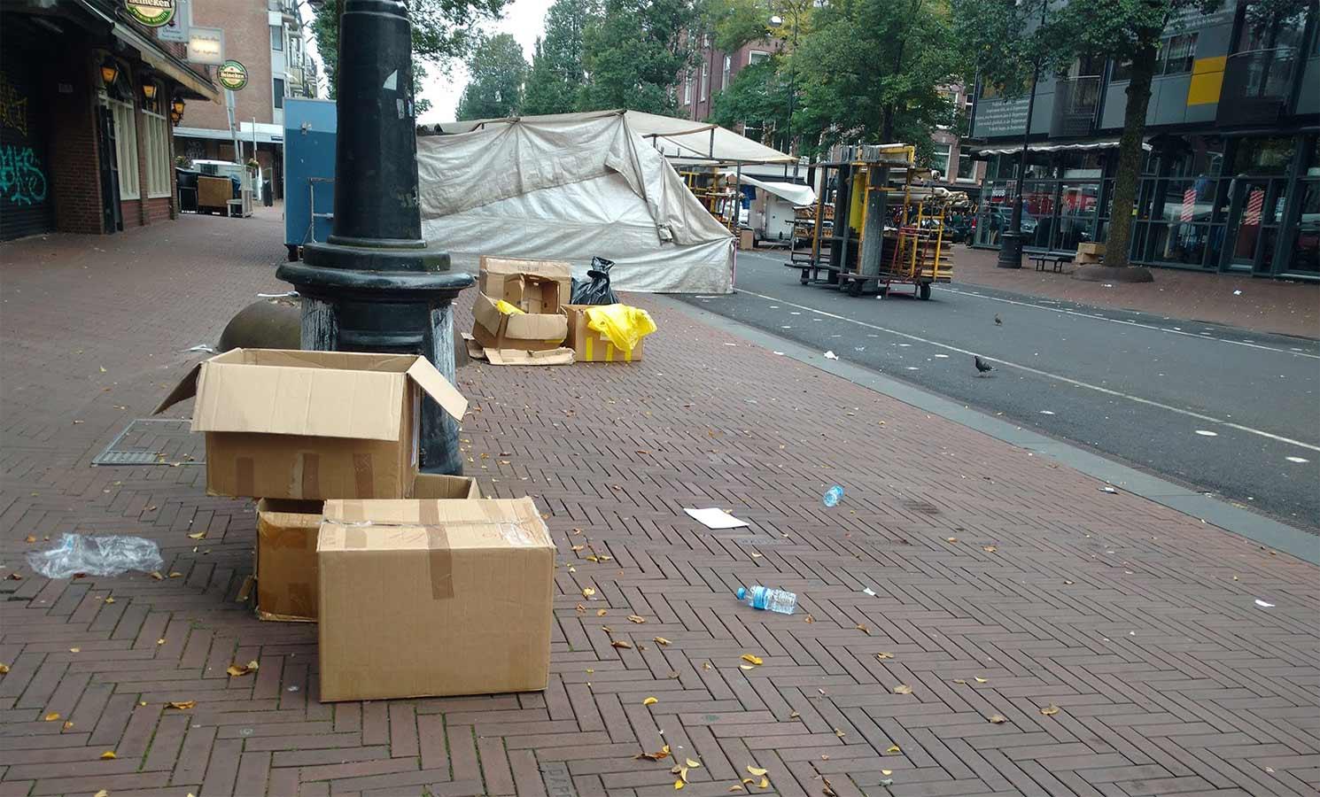 Lege dozen op voorgrond en afbraak Dappermarkt in gang op de achtergrond