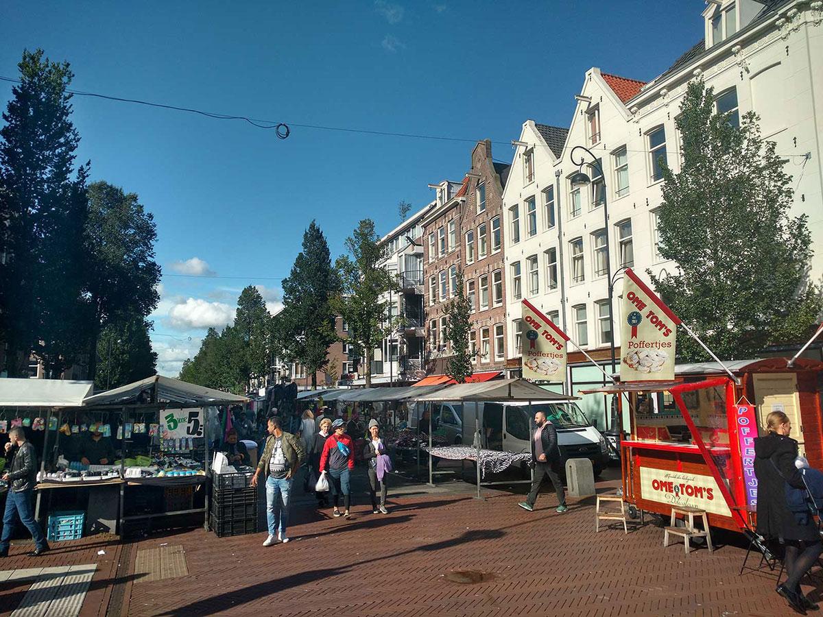 Foto genomen naar rechterkant Dapperstraat met op de voorgrond rechts de poffertjeskraam.
