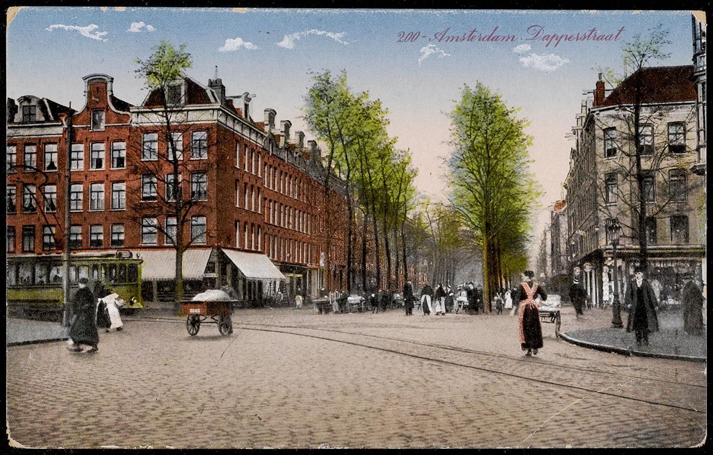 Prent van deel Dapperplein met tram en boomrijke Dapperstraat