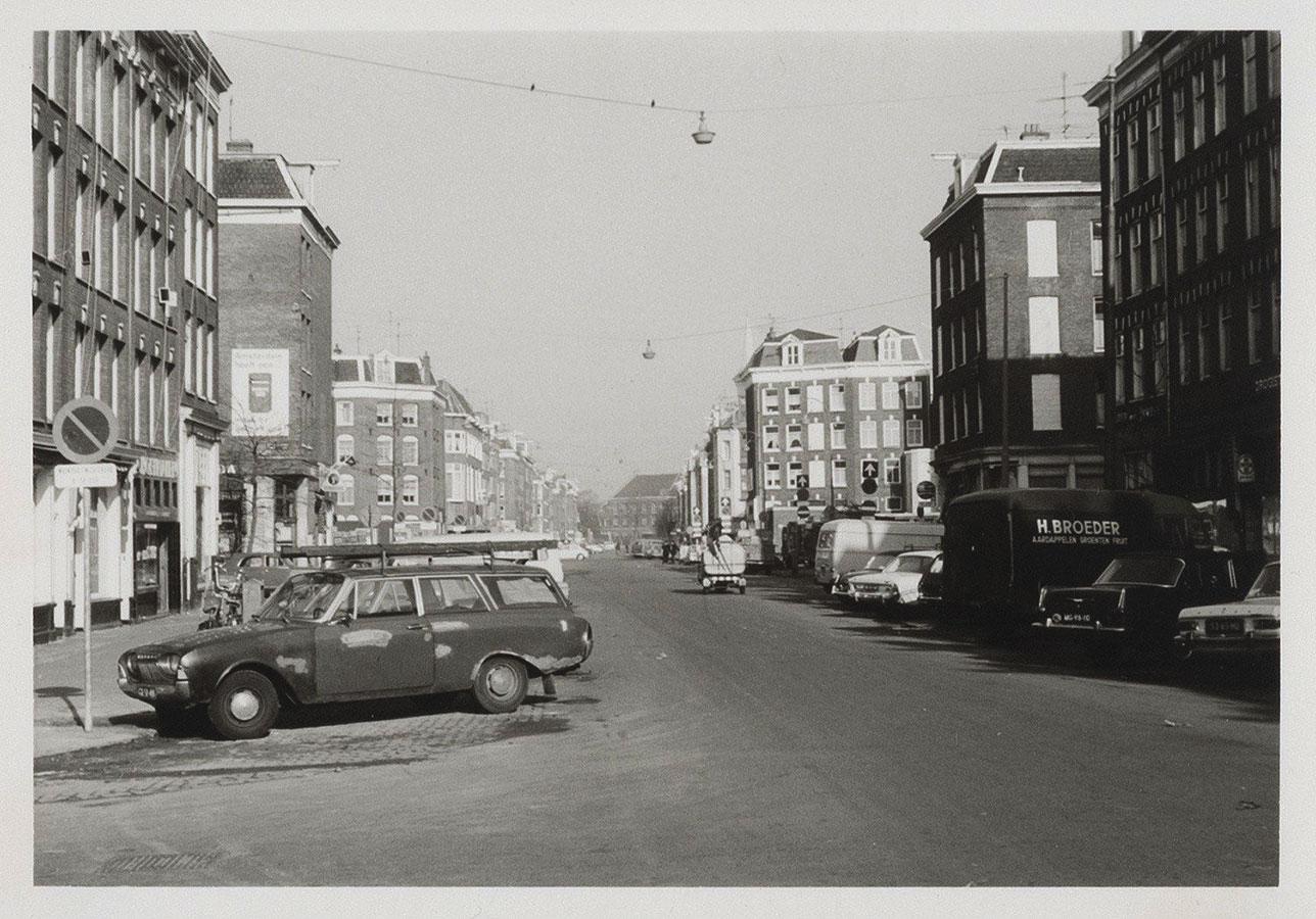 Lege Dapperstraat in 1972, zonder markt. Veel geparkeerde auto's