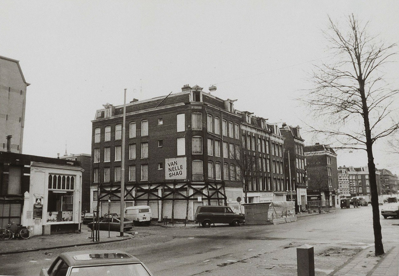 Vervallen pand hoek Reinwardtstraat/Dapperstraat