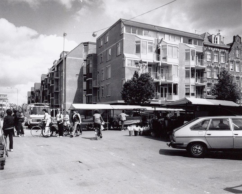 Foto genomen vanaf de Wagenaarstraat van panden hoek Dapperstraat, op voorgrond Dappermarkt