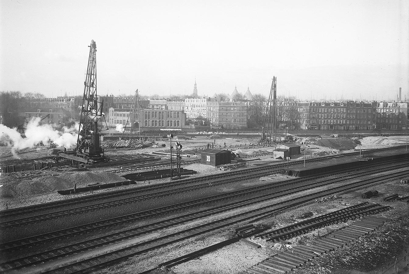 Bouwwerkzaamheden uitbreiding van spoorbanen oude Muiderpoorstation