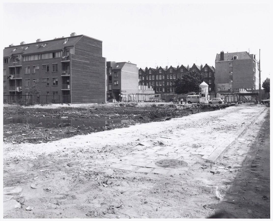 Braakliggend terrein Dapperstraat waardoor zicht op gevels huizen in achterliggende straten