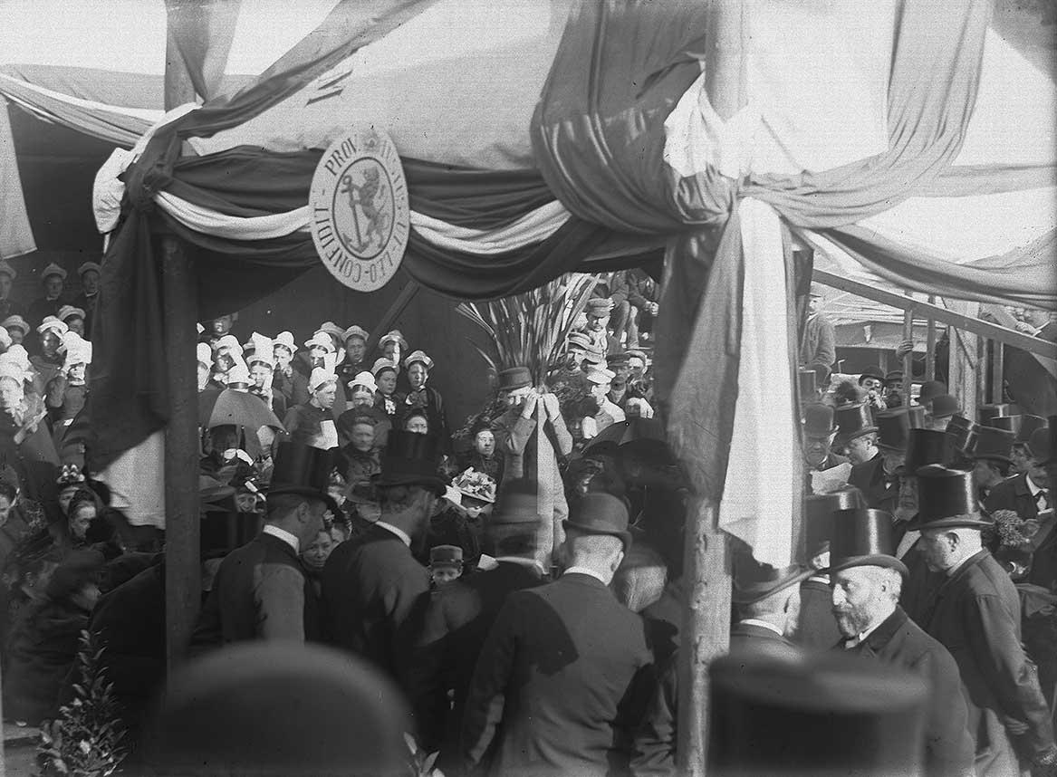 Feestelijke eerstesteenlegging van Muiderkerk op 1 april 1892