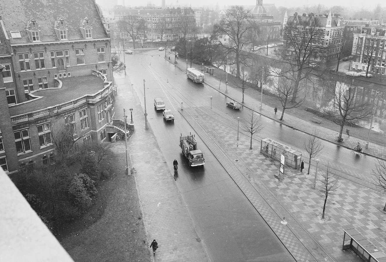 Foto vanuit KIT waarbij links een stukt van KIT is te zien met daarvoor de Mauritskade waar de bushalte nog stond.