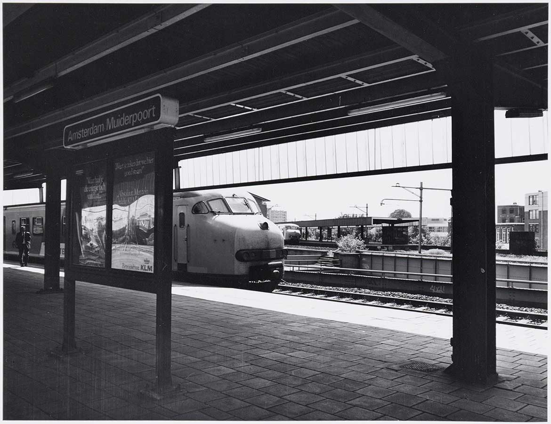 Foto vanaf het perron met bord 'Amsterdam Muiderpoort' met trein