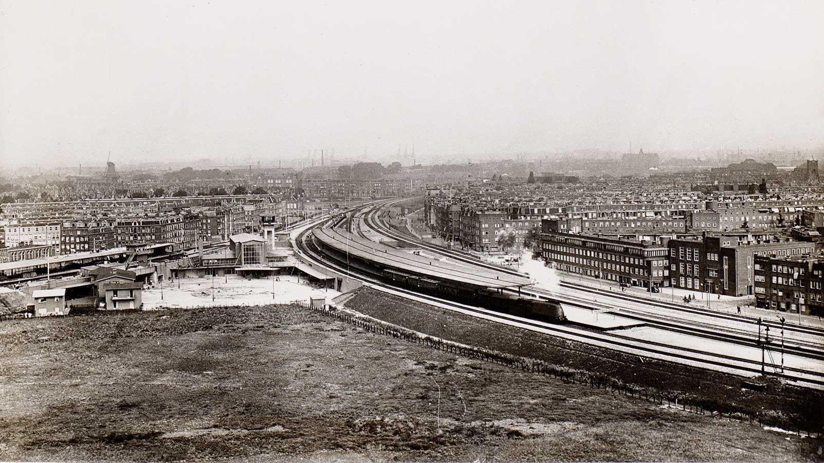 Muiderpoortstation in aanbouw vanaf hoogpunt en op afstand gezien met rechts de Pontanusstraat