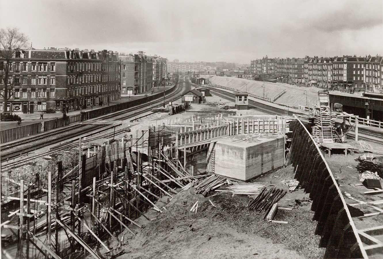 Nieuwe Muiderpoortstation in aanbouw in 1937, links huizen aan Pontanusstraat