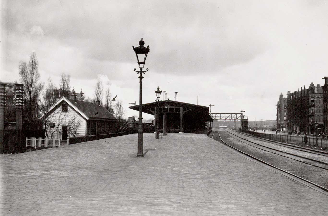 Foto genomen vanaf perron oude Muiderpoortstation rechts de Celebesstraat