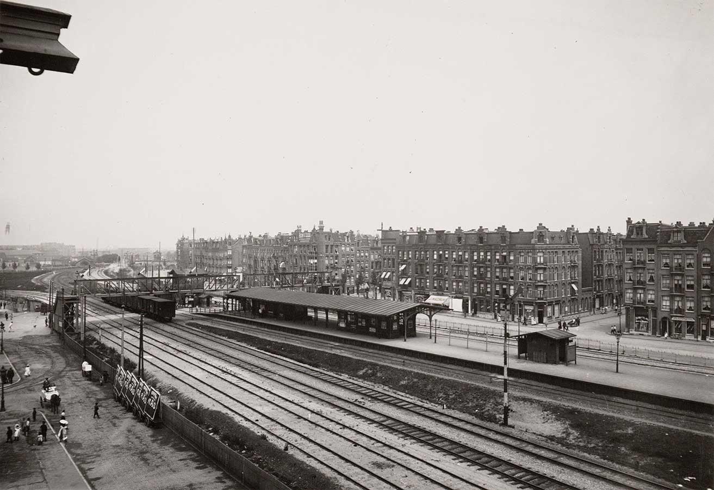 Oude Muiderpoortstation met links de Pontanusstraat en rechts de Celebesstraat