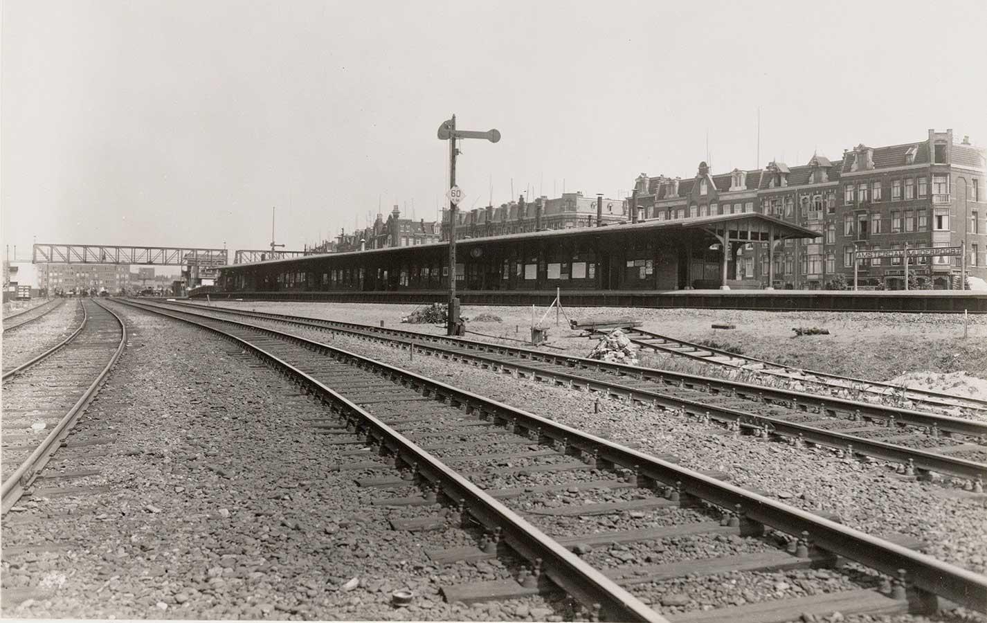 Oude Muiderpoortstation met rechts gevels van de huizen aan Celebesstraat.