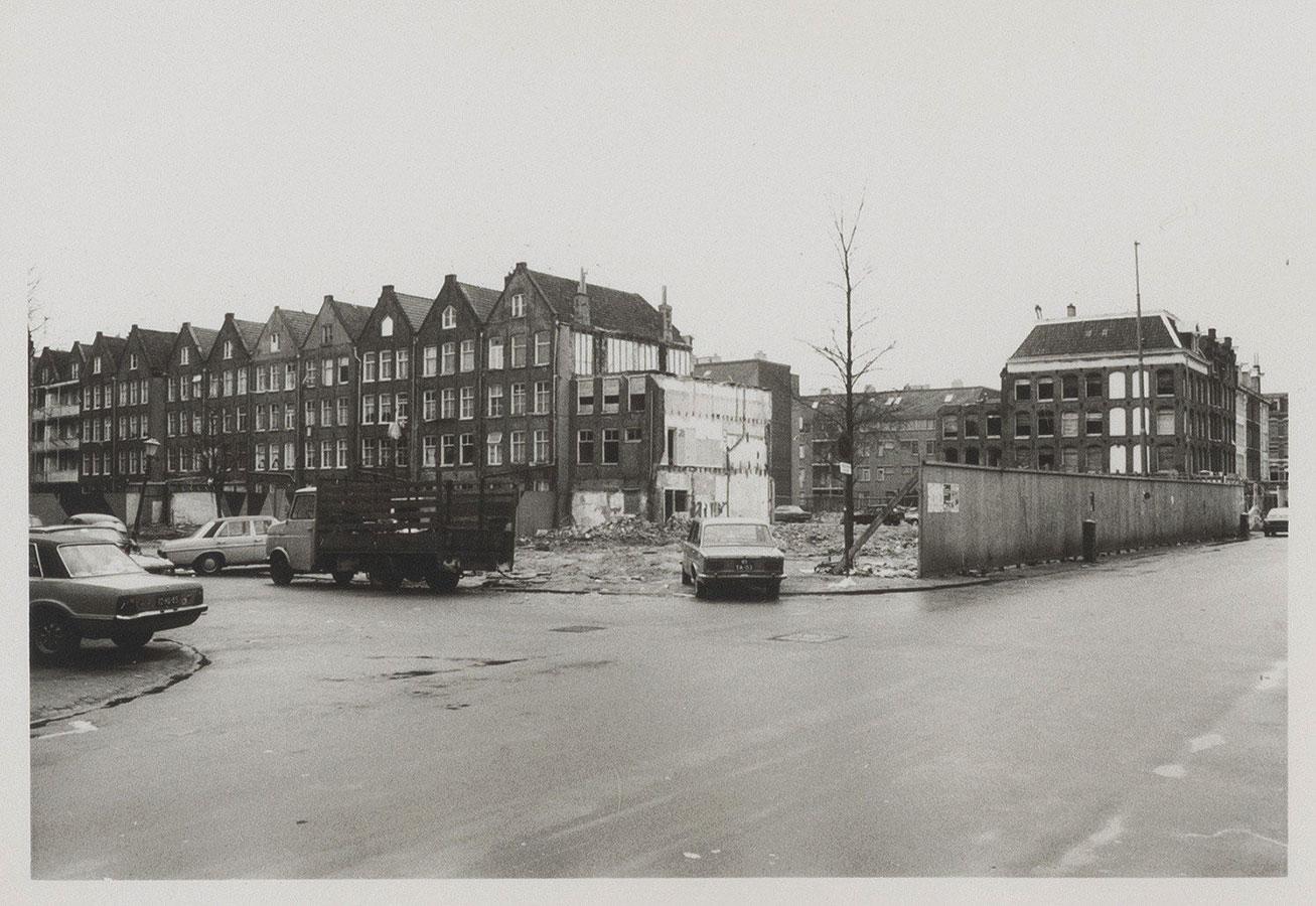 Sloop panden aan de Dapperstraat hoek Von Zesenstraat, door weggevallen huizen zijn achtergevales Commelinstraat te zien