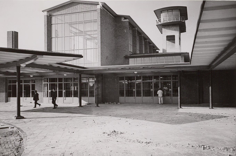 Muiderpoortstation in 1939 er light nog zand van de bouw op de stoep. Foto genomen ter hoogte torentje