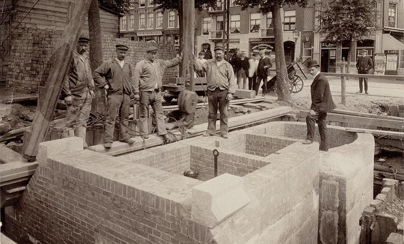 Werklui installeren nooduitlaat in hoofdriool ca 1920