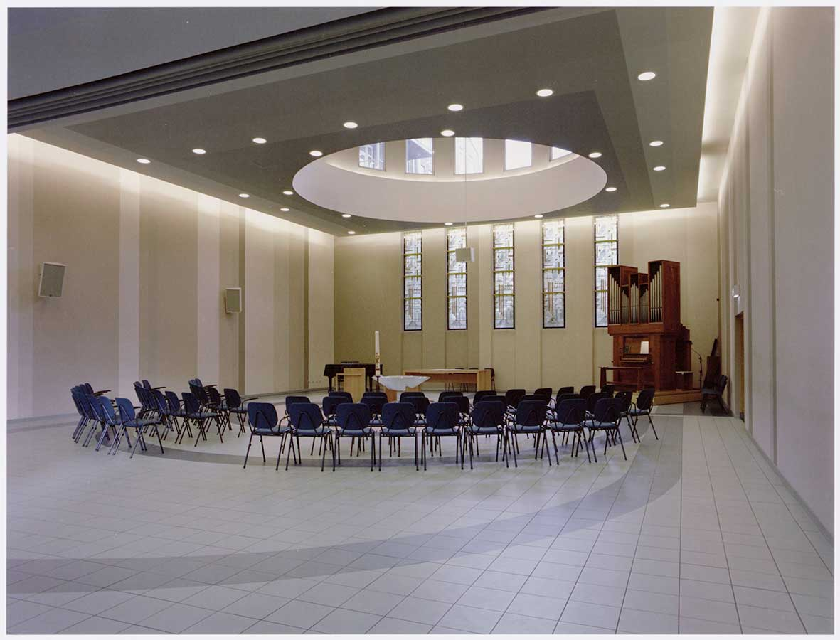 Modern interieur Muiderkerk. Stoelen in cirkel.