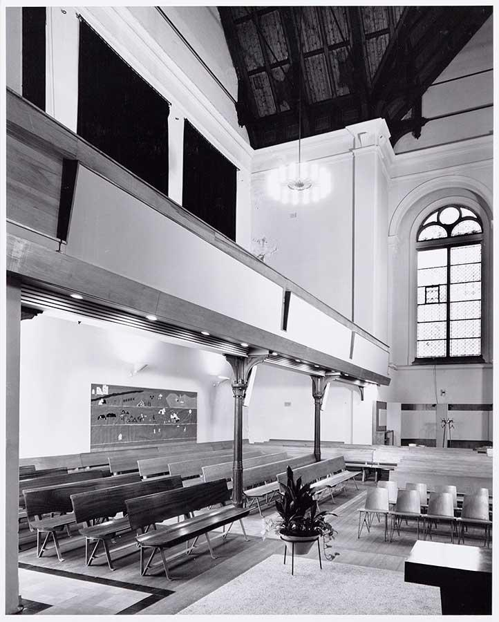 Bankjesen balkon in zaal Muiderkerk