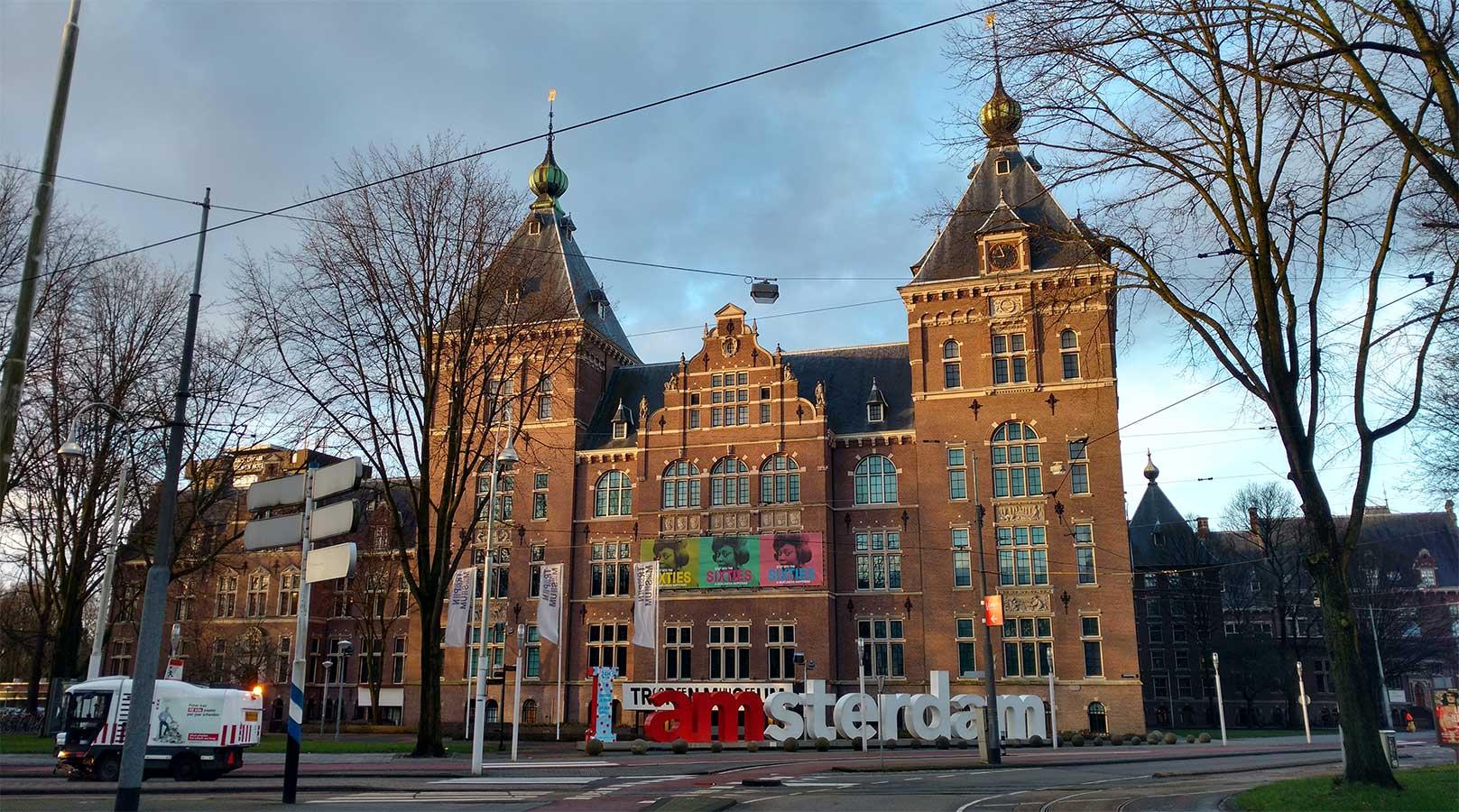 KIT van voren met I AMSTERDAM letterlogo er voor