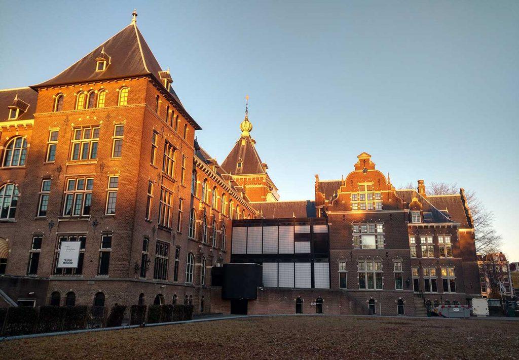 Rechter achterzijde KIT (gezien richting Linnaeusstraat) in mooi met winterzonnetje