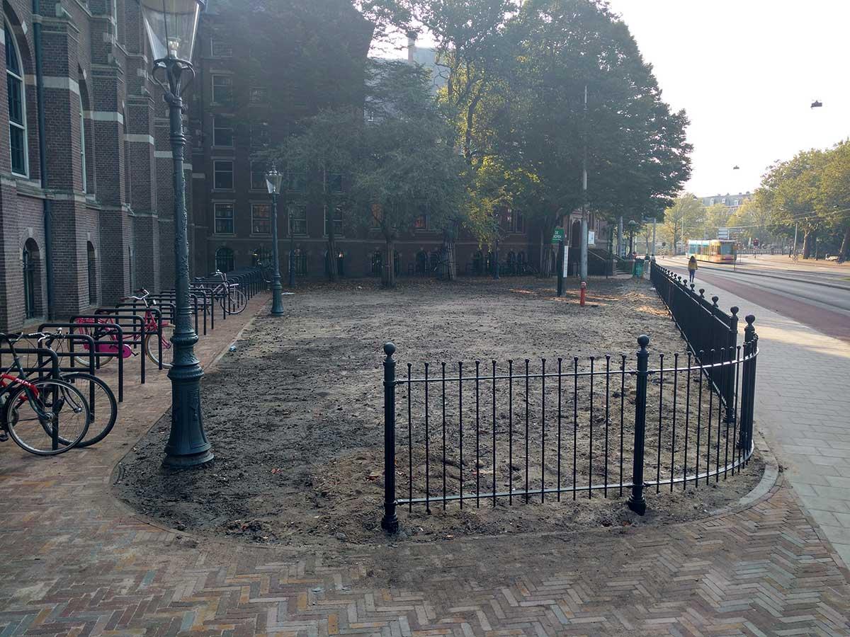 Net geplaatst hekwerk aan zijde Mauritskade bij nieuwe fietsenstalling