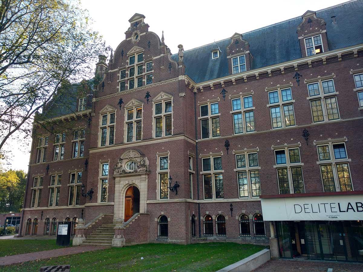 Rechts ingang DeliteLabs, links ingang