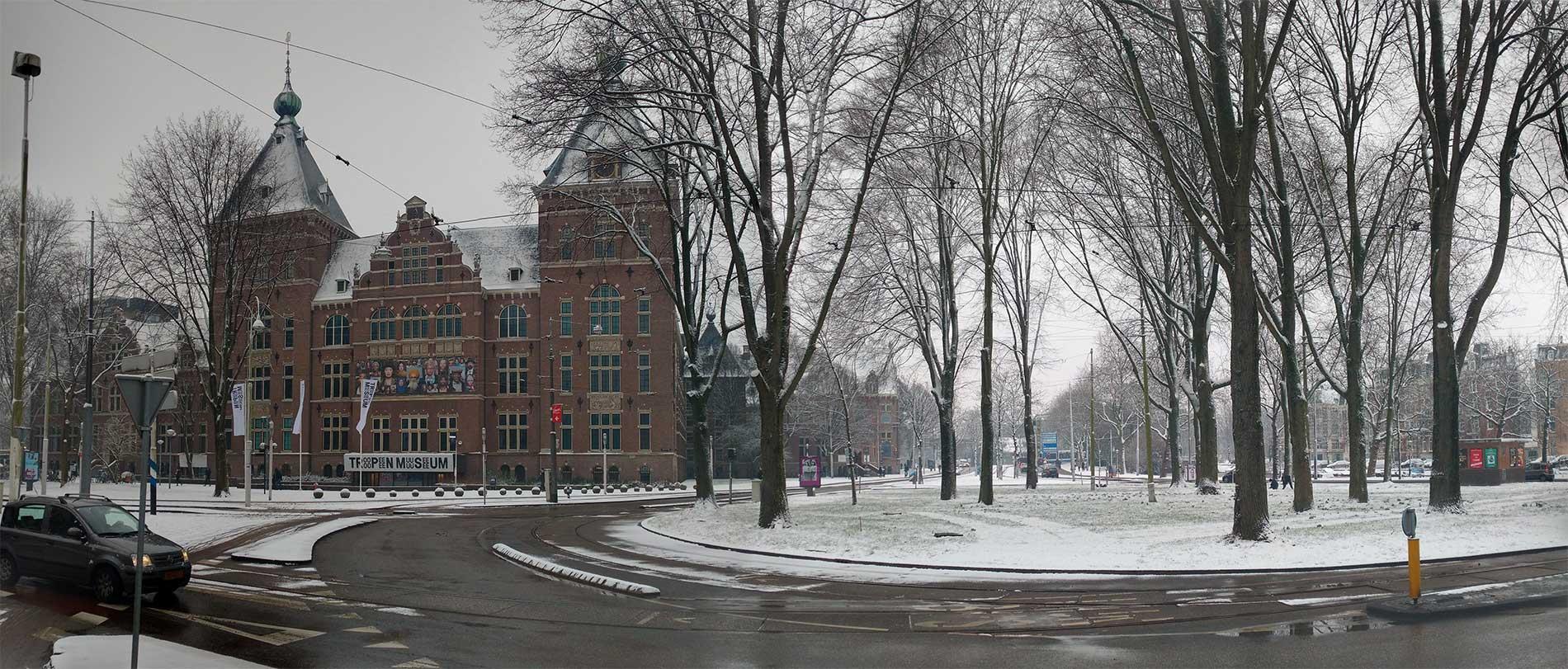 Panoramafoto van rotonde en KIT in de sneeuw