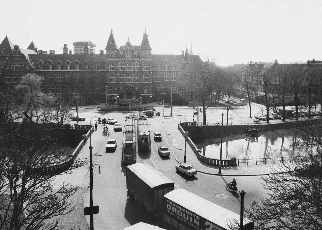 Foto van KIT vanaf Muiderpoort met verkeer op de brug (o.a. oude trams)
