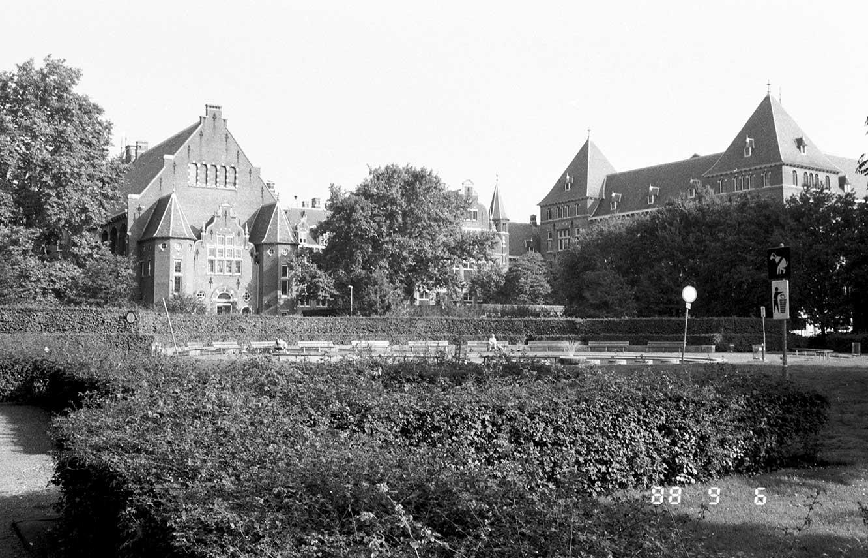 Achterzijde van KIT vanuit het Oosterpark richting Mauritskade en Linneausstraat. Op foto staat een digitaal cijfer 88 9 6 wat mogelijk de datum is (jj-mm-dd)