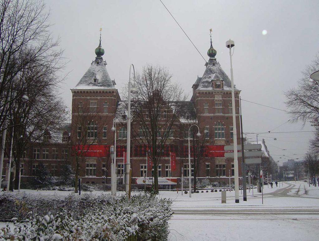 KIT Tropenmuseum-zijde in de sneeuw twee dagen voor Sinterklaas
