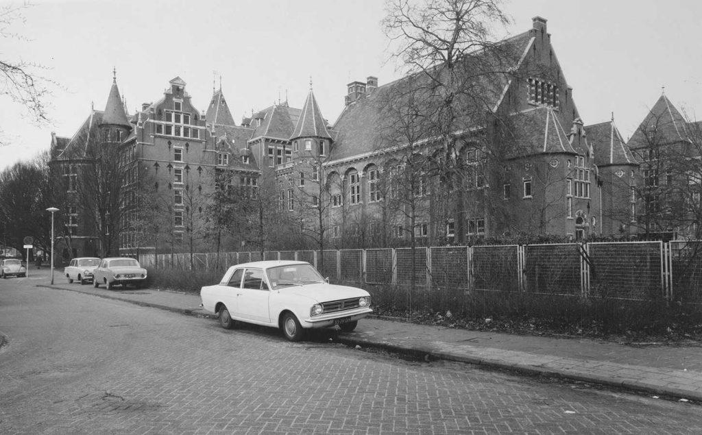 Zij- en Achtergevels KIT met geparkeerde auto's