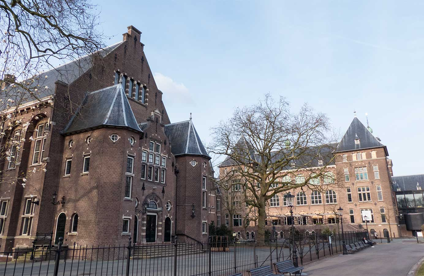 Bijgebouw links, achterkant KIT Linnaeuszijde rechts.