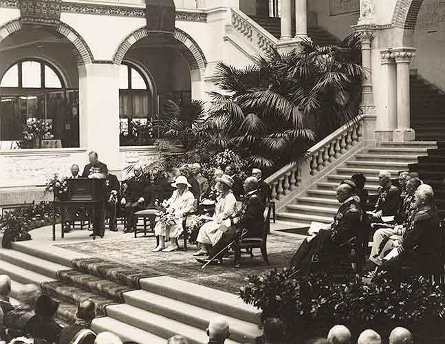 Koninklijke familie zittend in hoofdzaal KIT met publiek