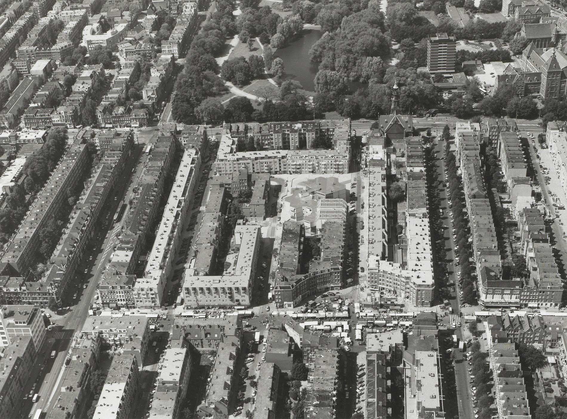 Luchtfoto met op voorgrond Dapperplein gezien richting Oosterpark met rechts een stukje KIT