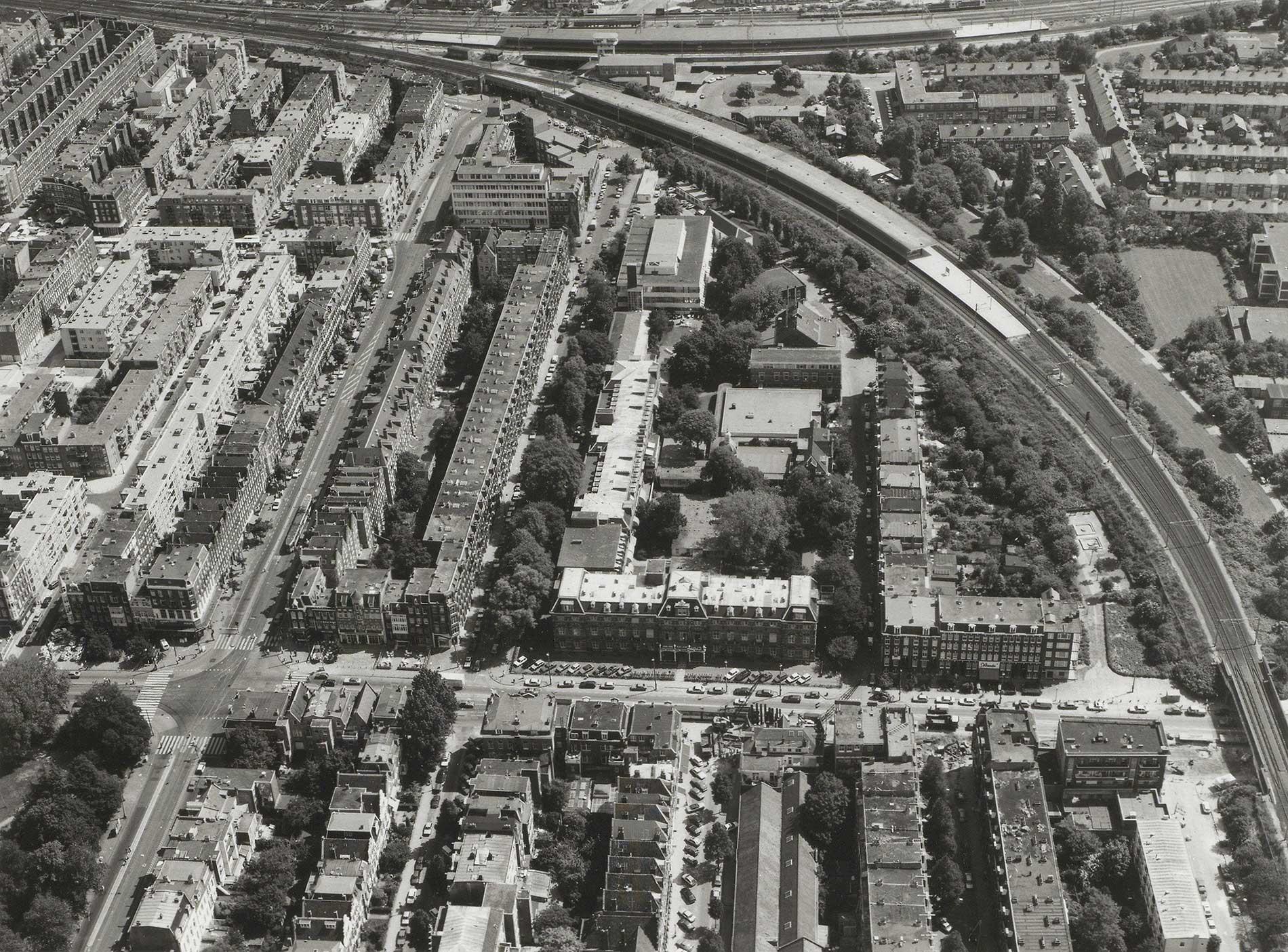 Luchtfoto gezien naar het Muiderpoortstation gezien in Oostelijke richting