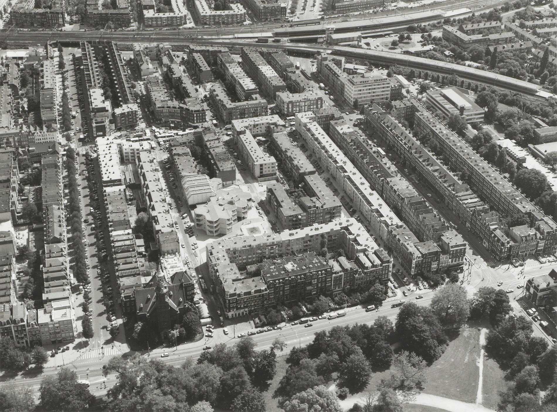Luchtfoto op de voorgrond de Linnaeusstraat met Muiderkerk