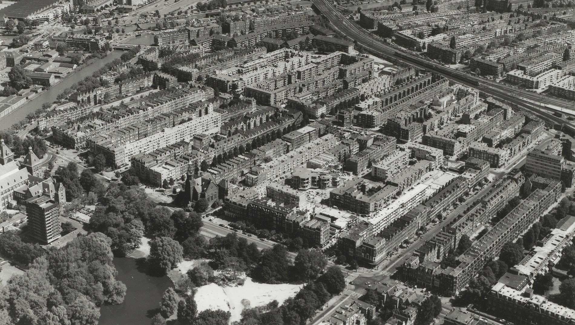 Luchtfoto Dapperbuurt gezien in Noord-oostelijke richting met links Tropenhotel en
